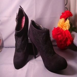 """Platform Suade & Lace 5"""" heeled Ankle Boot."""